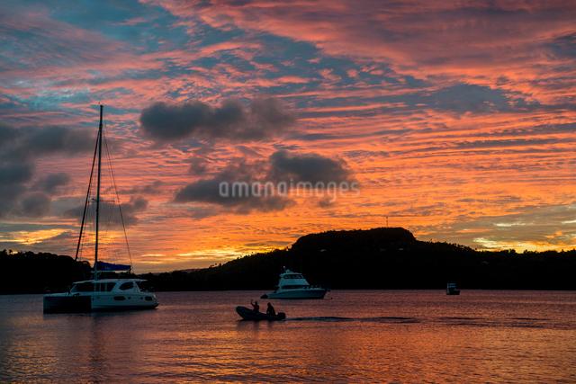夕暮れの海と夕焼けの写真素材 [FYI01505474]
