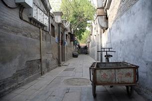 路地に置かれた三輪台車の写真素材 [FYI01505484]