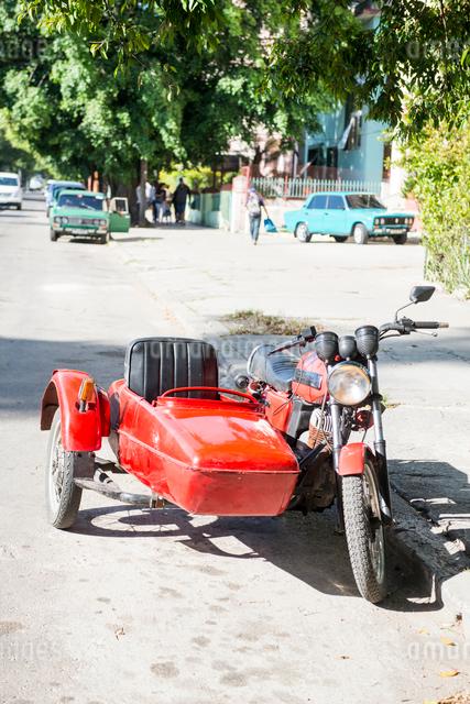 キューバ ハバナ市内のサイドカー付きのバイクの写真素材 [FYI01505489]
