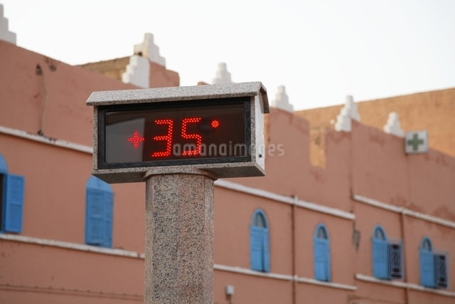 late afternoon temperature, signboardの写真素材 [FYI01505754]