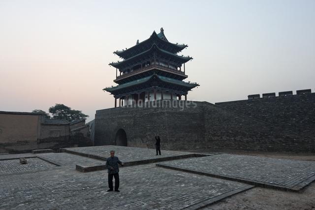 city walls, early morning light, Pingyao, Shanxi, Chinaの写真素材 [FYI01506093]
