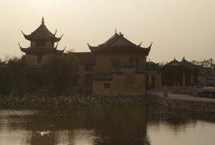 ancient canal town, temple, roofs, Mian Xi, Jiangsu, Chinaの写真素材 [FYI01506146]