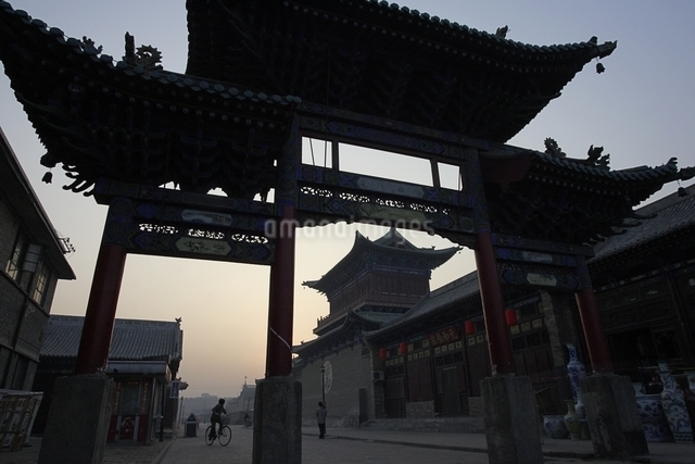 memorial arch, sunrise, early morning light, Pingyao, Chinaの写真素材 [FYI01506307]