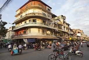 Phnom Penh, traffic, tricycleの写真素材 [FYI01506357]