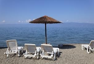 Ohrid Lake, shore, parasol, chairs, Macedoniaの写真素材 [FYI01506442]
