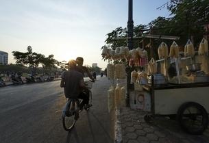 bicycle, vendor, stall, pop-corn, Phnom Penh, Cambodiaの写真素材 [FYI01506576]