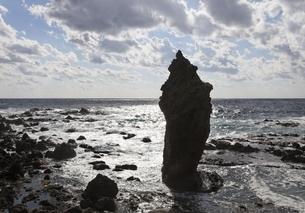 Setana-cho, Japan Sea Coast, standing rock, wavesの写真素材 [FYI01506600]