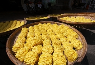 drying noodles, Phnom Penh, Cambodiaの写真素材 [FYI01506613]