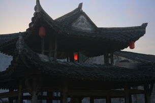 traditional building, roof, lantern, Fu Rong Cun villageの写真素材 [FYI01506649]