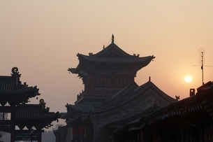 sunrise, traditional building, roofs, Pingyao, Chinaの写真素材 [FYI01506671]