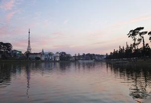 Dalat Eiffel Tower, Xuan Huong Lake, sunset sky, Dalatの写真素材 [FYI01506719]