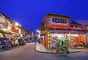 shophouses, restaurant, tricycle, Malacca, Malaysiaの写真素材 [FYI01506744]