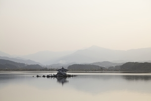 Gyeongpoho Lake, evening sky, pavilion, Gangneungの写真素材 [FYI01506801]