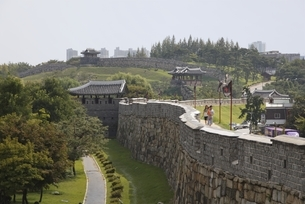 walls, Hwaseong Fortress, Suwon, Koreaの写真素材 [FYI01506806]