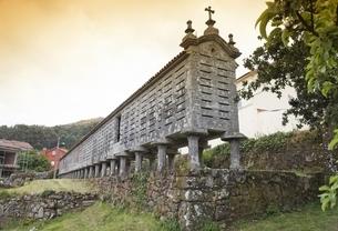 Horreo de Lira, famously long granary, Lira, Galicia, Spainの写真素材 [FYI01506814]