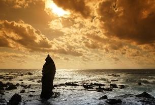 Setana-cho, Japan Sea Coast, standing rock, waves, sunの写真素材 [FYI01506826]