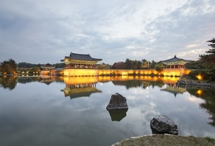 Anapji Pond, Gyeongju, Gyeongsangbuk-do, Koreaの写真素材 [FYI01506832]