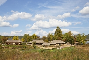thatched houses, Hahoe Village, Gyeongsangbuk-do, Koreaの写真素材 [FYI01506844]