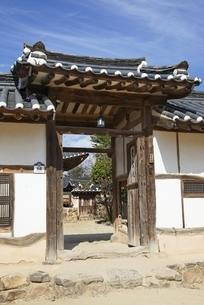 Yangjindang Residence, gate, Hahoe Village, Koreaの写真素材 [FYI01506893]
