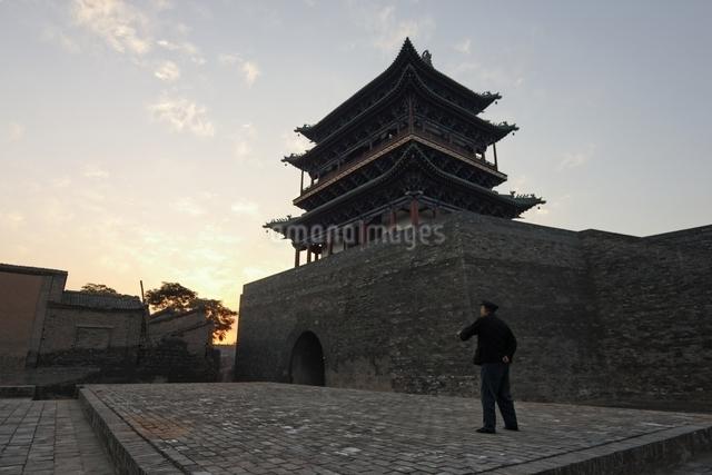 city walls, morning sky, Pingyao, Shanxi Province, Chinaの写真素材 [FYI01506907]