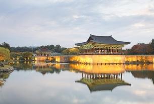 Anapji Pond, Gyeongju, Gyeongsangbuk-do, Koreaの写真素材 [FYI01506944]