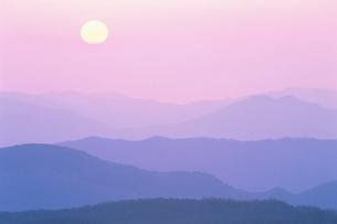 朝日と東大雪の山並みの写真素材 [FYI01507008]