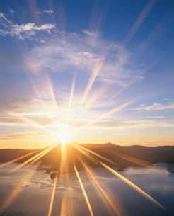 朝日と摩周湖と摩周岳の写真素材 [FYI01507072]