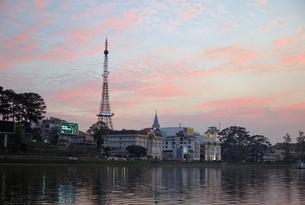 Dalat Eiffel Tower, Xuan Huong Lake, sunset sky, Dalatの写真素材 [FYI01507104]