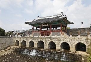 Hwahongmun Gate, Hwaseong Fortress, Suwon, Koreaの写真素材 [FYI01507128]