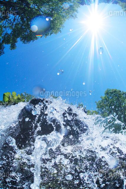 滝状の水しぶきと太陽の写真素材 [FYI01507512]