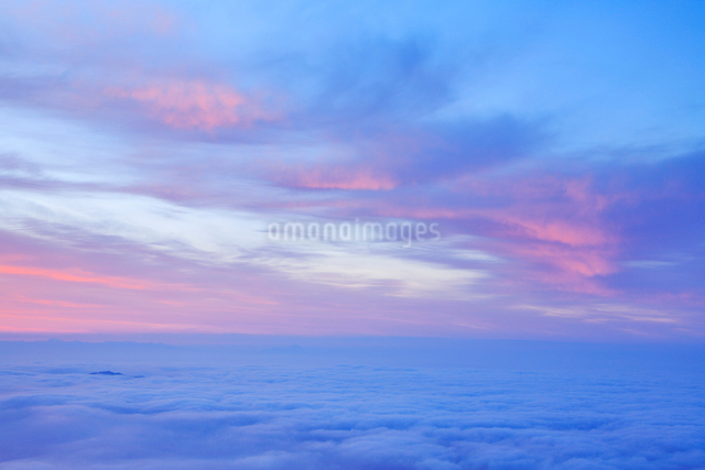 朝焼けと雲海の写真素材 [FYI01507597]