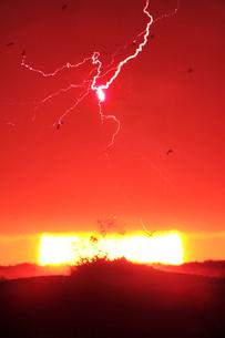 雷と夕日と波しぶきの写真素材 [FYI01507623]