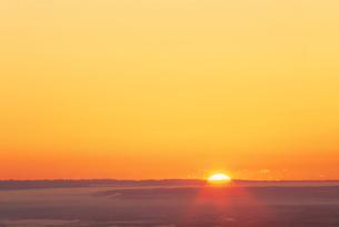 朝日と十勝平原と朝霧の雲海の写真素材 [FYI01507629]