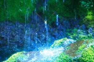輝く滝状の岩清水の写真素材 [FYI01507690]