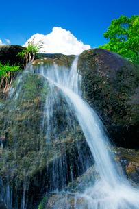 滝状の水しぶきと青空の写真素材 [FYI01507726]