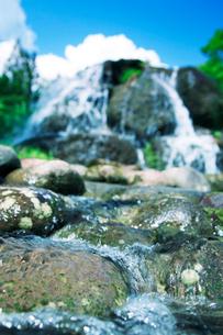 滝状の水しぶきと青空の写真素材 [FYI01507736]