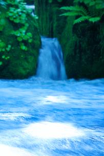 苔の生えた岩と滝の写真素材 [FYI01507738]