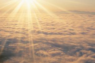 朝日と雲海と斜里岳方向の山並の写真素材 [FYI01507760]