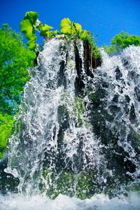 滝状の水しぶきと青空の写真素材 [FYI01507775]