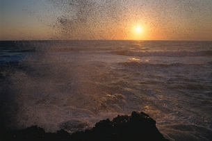 朝日と波しぶきの写真素材 [FYI01507854]