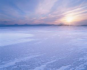 朝日と結氷した屈斜路湖の写真素材 [FYI01507879]