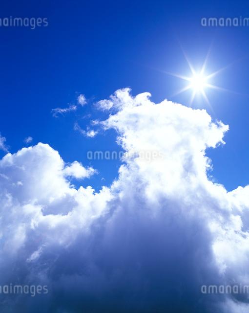 沸き立つ雲と太陽の写真素材 [FYI01507922]