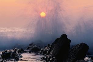 朝日と波しぶきの写真素材 [FYI01507970]