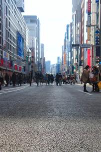 銀座五丁目の歩行者天国の路面の写真素材 [FYI01508051]