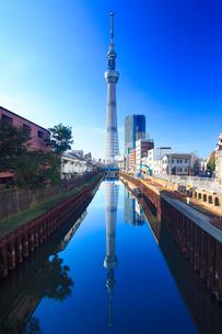 逆さ映りの東京スカイツリーと北十間川の写真素材 [FYI01508099]