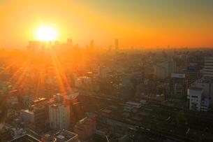 新宿のビル群とJR中野駅と朝日の写真素材 [FYI01508132]