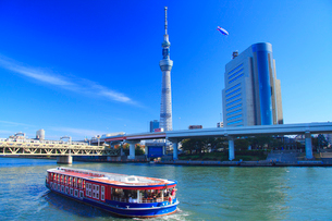 東京スカイツリーと観光船と飛行船の写真素材 [FYI01508160]