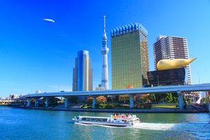 東京スカイツリーと飛行船と水上バスの写真素材 [FYI01508205]