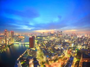 隅田川と勝どき橋とベイエリア方向のビル群と東京タワーの写真素材 [FYI01508346]