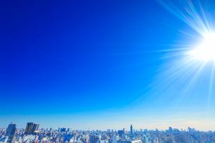 浅草から望む浅草と両国のビル群と太陽の光芒の写真素材 [FYI01508353]